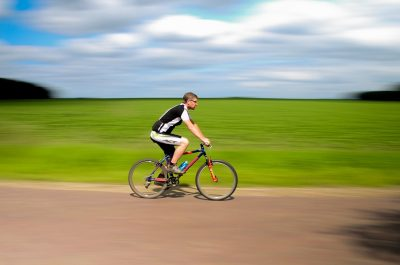 cyklista bez přilby